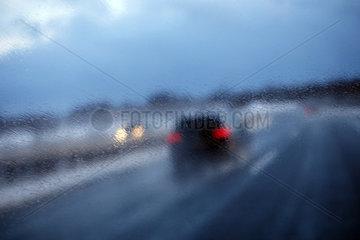 Lederhose  Deutschland  Symbolfoto  schlechte Sicht auf der Autobahn durch Spritzwasser