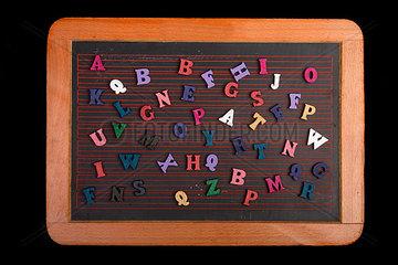 Holzbuchstaben auf Schieferntafel