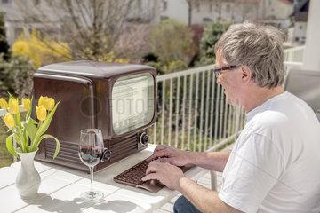 Mann arbeitet an uraltem Computer  veraltete Technik