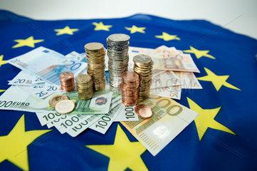 Hamburg  Deutschland  Euroscheine und Euromuenzen auf einer Europafahne