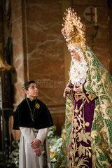 Sevilla  Spanien  ein Messdiener schaut ehrfuerchtig in das Gesicht der Jungfrau von Macarena