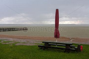 Goldberg  Deutschland  verlassener Strand bei Regenwetter am Goldberger See