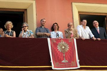 Sevilla  Spanien  Zuschauer schauen von einem Balkon der Fronleichnamsprozession zu