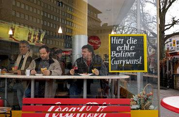 Berlin  Deutschland  Gaeste im Imbiss am Zoo / Curry Eck