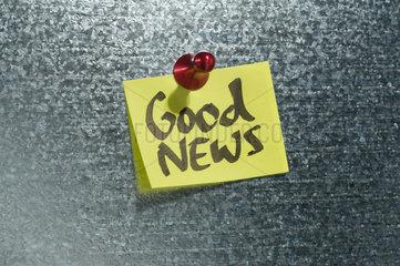 Hamburg  Deutschland  Notizzettel mit der Aufschrift Good News haengt an einer Magnetwand