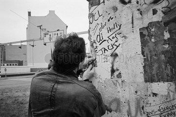 Berlin  Deutschland  Mauerspecht am Checkpoint Charlie