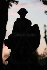 Lemberg  Ukraine  Skulptur eines Grabs auf dem Lytschakiwski-Friedhof