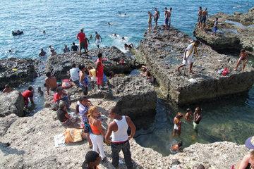 Havanna  Kuba  Menschen baden am Malecon