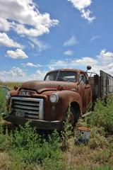 Groom  USA  alter verrosteter GMC Pick-up steht in der Landschaft