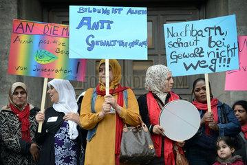 Berlin  Deutschland  Migrantinnen demonstrieren vor dem Rathaus Neukoelln gegen Gewalt