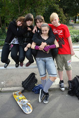 Leipzig  Deutschland  Gruppe Jugendlicher auf der Strasse