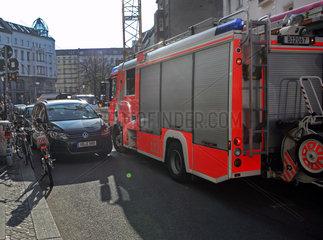 Berlin  Deutschland  durch parkende Fahrzeuge blockierter Rettungsweg