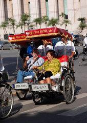 Hanoi  Vietnam  Rikschafahrer mit Touristen