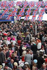 Ascot  Grossbritannien  elegant gekleidete Menschen auf der Galopprennbahn