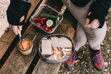 Wanderpause mit vegetarischer Mahlzeit