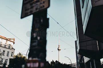 Berlin Fernsehturm bei blauem Himmel im Sommer