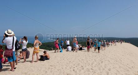 Arcachon  Frankreich  Touristen auf der Dune du Pilat geniessen die Aussicht