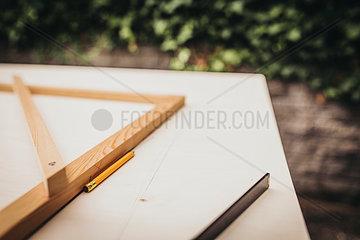 Planung von Holzarbeit mit Winkel Bleistift und Meterstab