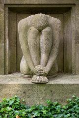Stahnsdorf  Deutschland  Statue eines Trauernden an einem Grab auf dem Suedwestkirchhof Stahnsdorf