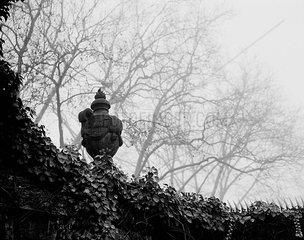Amphore auf Mauer des Alten St.-Matthaeus-Friedhofs