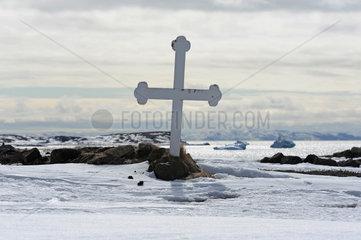 Qeqertarsuaq  Daenemark  Grabkreuz im Schnee