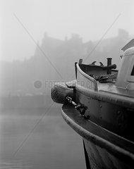 Schiff im Binnenhafen der Hamburger Speicherstadt bei Nebel