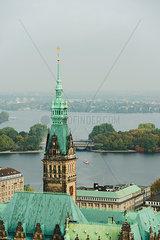 Rathaus Hamburg mit Binnen- und Aussenalster im Hintergrund