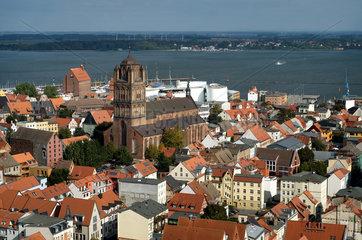 Stralsund  Deutschland  Stadtuebersicht mit der Kirche St. Jakobi und dem Strelasund