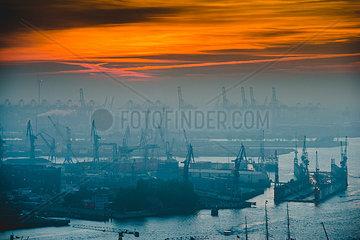 Hafen Hamburg bei Abenddaemmerung