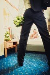 Brautpaar im Hotelzimmer