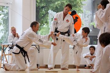 Berlin  Deutschland  Junge absolviert beim Taekwondo einen Bruchtest