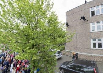 Oeffentliche Vorfuehrung eines SEK Zugriffs beim Tag der offenen Tuer der Polizei Bielefeld