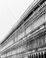 Die Alten Prokuratien (Procuratie Vecchie) am Markusplatz  Venedig  schwarzweiss I