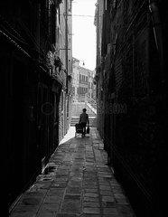 Venezianerin nach dem Einkaufen auf dem Weg nach Hause  Venedig  schwarzweiss
