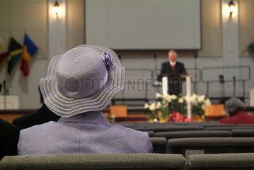 Mitglied der Covenant Church in Charlottesville  Virginia beim Gottesdienst