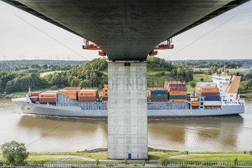 Containerfrachter Thetis D auf dem Nord-Ostsee-Kanal unter der Autobahnbruecke Hohenhoern