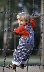 Ein Kind klettert