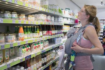 Einkaufen mit Kind in einer Drogerie