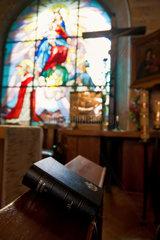 Krakau  Polen  Gebetsbuch liegt in einer Kapelle