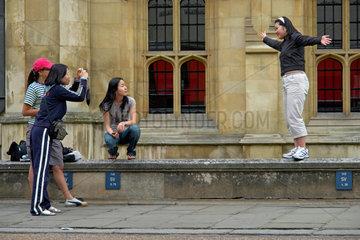 GB  Cambridge  Chinesische Touristinnen vor dem King's College