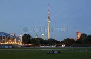 Berlin  Deutschland  Blick vom Schlossplatz Richtung Alexanderplatz am Abend
