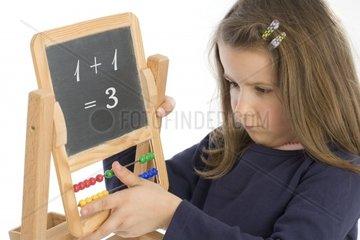 sechsjaehriges Maedchen mit Tafel und Rechenschieber