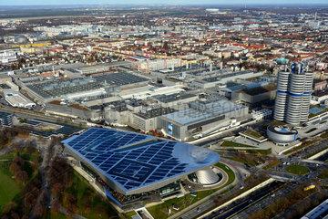 Muenchen  Deutschland  Blick auf die BMW Welt  den BMW-Turm  das BMW Museum und das BMW Werk