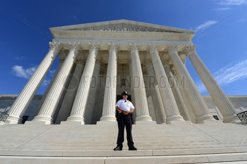 Wachmann vor dem Supreme Court Building in Washington