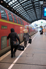 Eilige Fahrgaeste am Koelner Hauptbahnhof