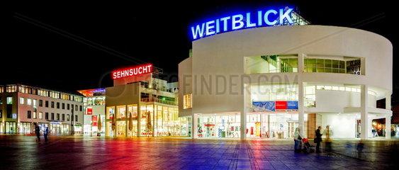 Weitsicht und Sehnsucht  Neon-Schriftzuege auf dem Ulmer Stadthaus