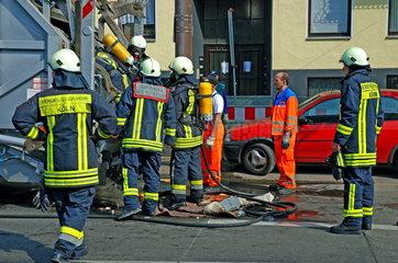 Feuerwehr loescht brennenden Muellwagen