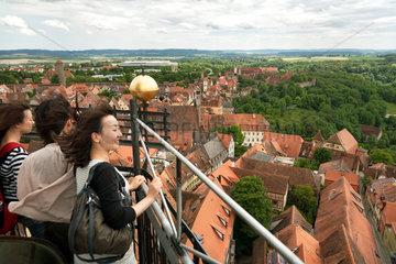 Rothenburg ob der Tauber  Deutschland  japanische Touristinnen auf dem Rathausturm
