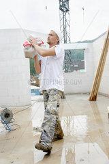 Bauhelfer auf einer Baustelle