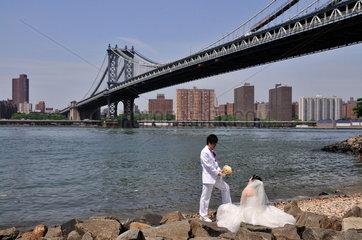 Hochzeitspaar an der Manhattan Bridge  Manhattan